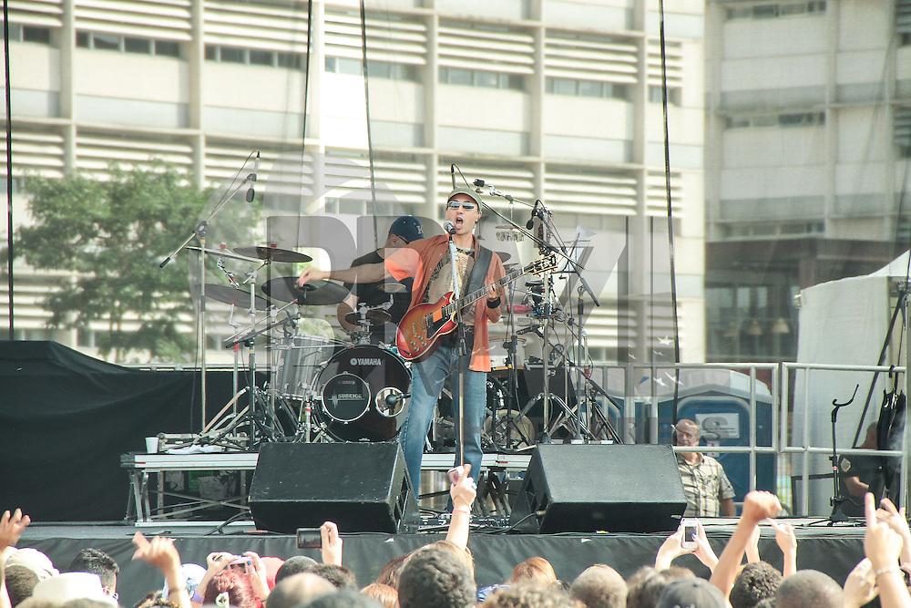 SAO PAULO, SP, 07 DE ABRIL DE 2013. SHOW ZECA BALEIRO. O cantor Zeca Baleiro faz show gratuito no Parque da Juventude, na Zona Norte da capital. O músico maranhense divulga seu novo álbum, batizado O Disco do Ano e lançado ano passado. FOTO MONICA SILVEIRA/BRAZIL PHOTO PRESS