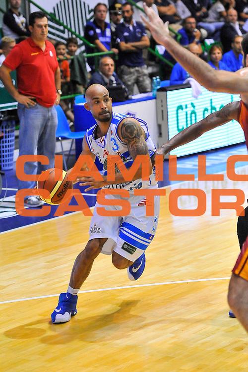 DESCRIZIONE : Torneo Citt&agrave; di Sassari &quot;Mim&igrave; Anselmi&quot; Dinamo Banco di Sardegna Sassari - Galatasaray<br /> GIOCATORE : David Logan<br /> CATEGORIA : Palleggio Penetrazione<br /> SQUADRA : Dinamo Banco di Sardegna Sassari<br /> EVENTO :  Torneo Citt&agrave; di Sassari &quot;Mim&igrave; Anselmi&quot; <br /> GARA : Dinamo Banco di Sardegna Sassari - Galatasaray<br /> DATA : 14/09/2014<br /> SPORT : Pallacanestro <br /> AUTORE : Agenzia Ciamillo-Castoria / Luigi Canu<br /> Galleria : Precampionato 2014/2015<br /> Fotonotizia : Torneo Citt&agrave; di Sassari &quot;Mim&igrave; Anselmi&quot; Dinamo Banco di Sardegna Sassari - Galatasaray<br /> Predefinita :