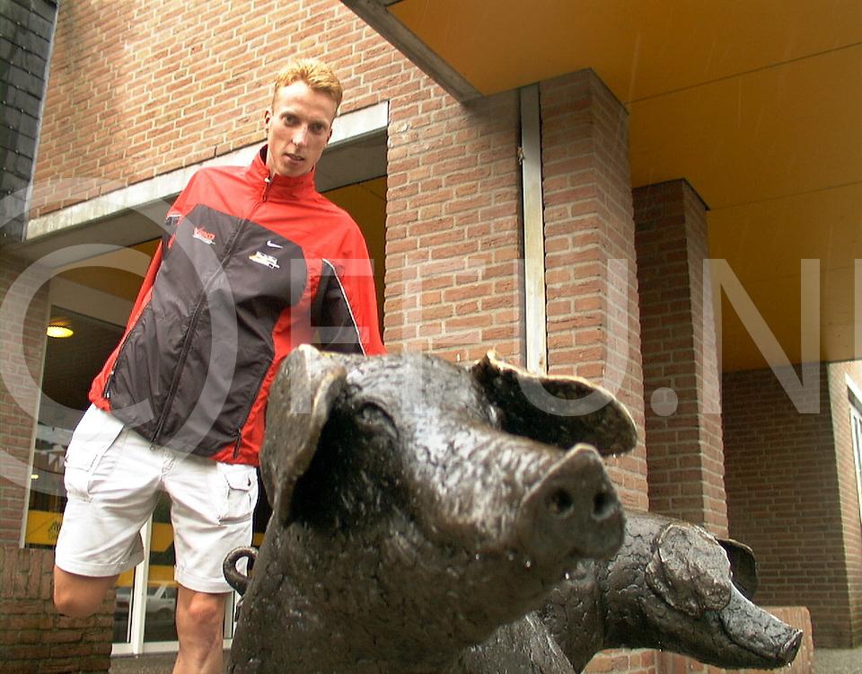 Fotografie Uijlenbroek©1999/Frank Uijlenbroek.990713 holten ned sport.triathlon voorverhaal.op foto erik van de linden bij de holtense varkens voor het gemeentehuis