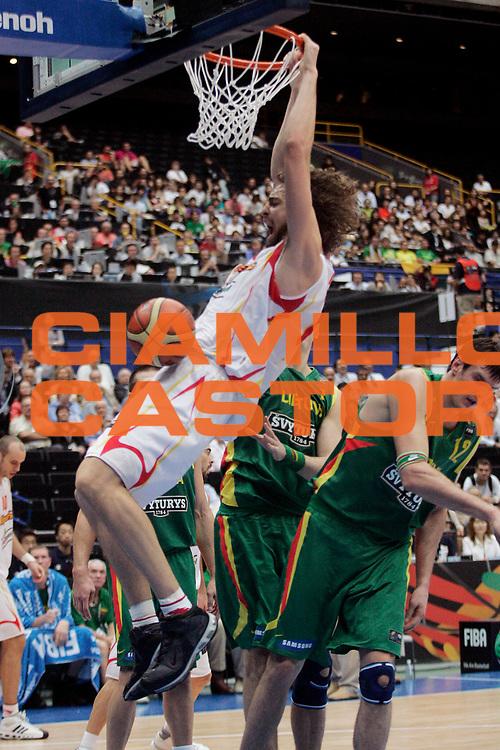 DESCRIZIONE : Saitama Giappone Japan Men World Championship 2006 Campionati Mondiali Spain-Lithuania <br /> GIOCATORE : Gasol <br /> SQUADRA : Spain Spagna <br /> EVENTO : Saitama Giappone Japan Men World Championship 2006 Campionato Mondiale Spain-Lithuania <br /> GARA : Spain Lithuania Spagna Lituania <br /> DATA : 29/08/2006 <br /> CATEGORIA : Schiacciata <br /> SPORT : Pallacanestro <br /> AUTORE : Agenzia Ciamillo-Castoria/A.Vlachos <br /> Galleria : Japan World Championship 2006<br /> Fotonotizia : Saitama Giappone Japan Men World Championship 2006 Campionati Mondiali Spain-Lithuania <br /> Predefinita :