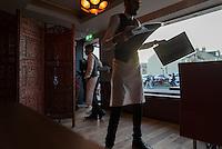 Serveurs dans le restaurant Akbar, Bradford. Bradford est considérée comme la capitale du curry en Angleterre.