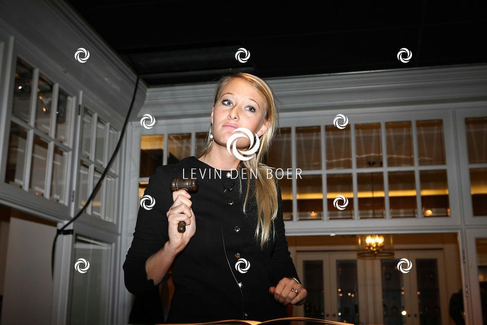 KAATSHEUVEL - Tinello Keuken en Interieur onthulden een unieke match van wonen en mode in de vernieuwde showroom in Kaatsheuvel. Met op de foto MA. Benthe Tupker Impressionist and Modern Art department. FOTO LEVIN DEN BOER - PERSFOTO.NU
