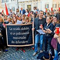 Insegnanti protestano contro la riforma della scuola del Governo Renzi