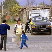 Nexapa, Méx.- Las autoridades resguardan las calles semi vacias de esta comunidad ante la evacuación que de manera voluntaria realizaron durante la madrugada ante las erupciones del volcan popocatepetl. Agencia MVT / Mario Vázquez de la Torre.
