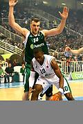 DESCRIZIONE : Atene Eurolega 2008-09 Quarti di Finale Gara 1 Panathinaikos Montepaschi Siena<br /> GIOCATORE : Romain Sato<br /> SQUADRA : Montepaschi Siena<br /> EVENTO : Eurolega 2008-2009<br /> GARA : Panathinaikos Montepaschi Siena<br /> DATA : 24/03/2009<br /> CATEGORIA : palleggio<br /> SPORT : Pallacanestro<br /> AUTORE : Agenzia Ciamillo-Castoria/Action Images.gr