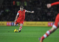 Southampton's Steven Davis takes a free kick. - Photo mandatory by-line: Alex James/JMP - Tel: Mobile: 07966 386802 04/12/2013 - SPORT - Football - Southampton - St Mary's Stadium - Southampton v Aston Villa - Barclays Premier League