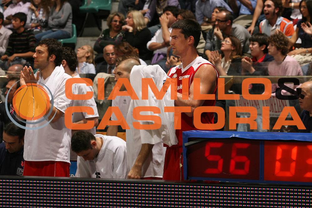 DESCRIZIONE : Bologna Lega A1 2006-07 Climamio Fortitudo Bologna Bipop Carire Reggio Emilia<br /> GIOCATORE : Beard Boscagin Panchina<br /> SQUADRA : Bipop Carire Reggio Emilia<br /> EVENTO : Campionato Lega A1 2006-2007 <br /> GARA : Climamio Fortitudo Bologna Bipop Carire Reggio Emilia<br /> DATA : 19/04/2007 <br /> CATEGORIA : Esultanza<br /> SPORT : Pallacanestro <br /> AUTORE : Agenzia Ciamillo-Castoria/M.Marchi
