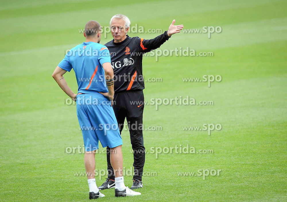 10.06.2012, Henryk Reyman Stadion, Krakau, POL, UEFA EURO 2012, Niederlande, Training, im Bild WESLEY SNEIJDER BERT VAN MARWIJK // during EURO 2012 Trainingssession of Netherland Nationalteam, at the Henryk Reyman Stadium, Krakau, Poland on 2012/06/10. EXPA Pictures © 2012, PhotoCredit: EXPA/ Newspix/ ATTENTION - for AUT, SLO, CRO, SRB, SUI and SWE only *****