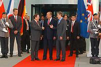 20 SEP 2003, BERLIN/GERMANY:<br /> Gerhard Schroeder (L), SPD, Bundeskanzler, Jacques Chirac (M), Praesident Frankreich, und  Tony Blair (R), Premierminister Gross Britannien, vor einem Gipfelgespraech, Ehrenhof, Haupteingang, Bundeskanzleramt <br /> IMAGE: 20030920-01-032<br /> KEYWORDS: Gerhard Schröder, Gipfel, summit, Eintreffen, Gast, Gäste