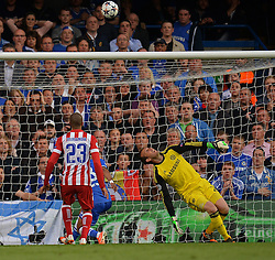 30.04.2014, Stamford Bridge, London, ENG, UEFA CL, FC Chelsea vs Atletico Madrid, Halbfinale, Rueckspiel, im Bild Chelsea's goalkeeper Mark Schwarzer looks on as the ball goes over the cross bar // Chelsea's goalkeeper Mark Schwarzer looks on as the ball goes over the cross bar during the UEFA Champions League Round of 4, 2nd Leg Match between Chelsea FC and Club Atletico de Madrid at the Stamford Bridge in London, Great Britain on 2014/05/01. EXPA Pictures © 2014, PhotoCredit: EXPA/ Mitchell Gunn<br /> <br /> *****ATTENTION - OUT of GBR*****