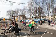 In Utrecht rijdt een schoolklas op de fiets door het stationsgebied.<br /> <br /> In Utrecht a schoolclass is riding on a bike at the city center.