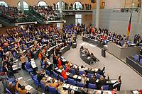 26 SEP 2003, BERLIN/GERMANY:<br /> Abstimmung durch Hand heben, nach der Bundestagsdebatte zur Gesundheitsreform, Plenum, Deutscher Bundestag<br /> IMAGE: 20030926-01-054<br /> KEYWORDS: Übersicht, Uebersicht, Plenarsaal