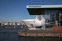 Amsterdam, het Bimhuis met daarachter een cruiseschip.
