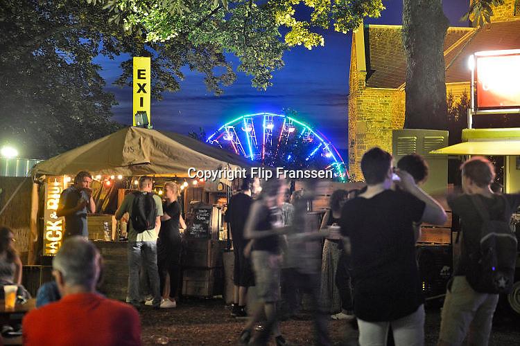 Nederland, Nijmegen, 18-7-7-2017Recreatie, ontspanning, cultuur, dans, theater en muziek in de binnenstad. Onlosmakelijk met de vierdaagse, 4daagse, zijn in Nijmegen de vierdaagse feesten, de zomerfeesten. Talrijke podia staat een keur aan artiesten, voor elk wat wils. Een week lang elke avond komen ruim honderdduizend bezoekers naar de stad. De politie heeft inmiddels grote ervaring met het spreiden van de mensen, het zgn. crowd control. De vierdaagsefeesten zijn het grootste evenement van Nederland en verbonden met de wandelvierdaagse. Diverse locaties Zomerfeesten, vierdaagsefeesten.Het Valkhof, valkhoffestivalFoto: Flip Franssen