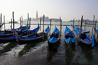 Italie, Venetie, Venise, gondoles amarrées devant l' Ile San Giorgio Maggiore // Italy, Veneto, Venise