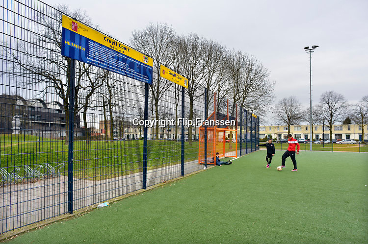 Nederland, Nijmegen, 16-3-2015 Een Cruyff court. Voetbalveldje, hufterproof en bedoeld om jongeren in kansarme buurten, wijken beweging en spel te bieden. Een kind zit op het kunstgras in de goal. Foto: Flip Franssen/Hollandse Hoogte
