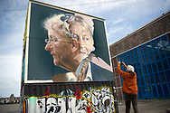 AMSTERDAM  -Kunstenaarsduo brengt prachtig eerbetoon aan Van der Laan op NDSM-werf<br /> <br /> Kunstenaarsduo Telmo Miel heeft zaterdag de laatste details toegevoegd aan een enorm portret van Eberhart van der Laan op de NDSM-werf in Amsterdam. eert burgemeester eberhard van der laan met levensgote graffitimuur , kunstenaarsduo telmo miel ddsm werf . &lsquo;Meest fantastische burgemeester&rsquo;<br /> Het kunstwerk is gemaakt in opdracht van Street.Art Today, het straatkunstplatform dat volgend jaar een museum opent op de NDSM-werf. Telmo Miel was meteen enthousiast over het idee en bedacht zelf het ontwerp. &ldquo;Het is een eerbetoon aan de meest fantastische burgemeester die de stad ooit gekend heeft.&rdquo; copyrght robin utrecht