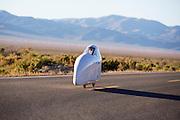 Cecilia Kowalik in de Micro Moby. In Battle Mountain (Nevada) wordt ieder jaar de World Human Powered Speed Challenge gehouden. Tijdens deze wedstrijd wordt geprobeerd zo hard mogelijk te fietsen op pure menskracht. Ze halen snelheden tot 133 km/h. De deelnemers bestaan zowel uit teams van universiteiten als uit hobbyisten. Met de gestroomlijnde fietsen willen ze laten zien wat mogelijk is met menskracht. De speciale ligfietsen kunnen gezien worden als de Formule 1 van het fietsen. De kennis die wordt opgedaan wordt ook gebruikt om duurzaam vervoer verder te ontwikkelen.<br /> <br /> Cecilia Kowalik in the Micro Moby. In Battle Mountain (Nevada) each year the World Human Powered Speed Challenge is held. During this race they try to ride on pure manpower as hard as possible. Speeds up to 133 km/h are reached. The participants consist of both teams from universities and from hobbyists. With the sleek bikes they want to show what is possible with human power. The special recumbent bicycles can be seen as the Formula 1 of the bicycle. The knowledge gained is also used to develop sustainable transport.