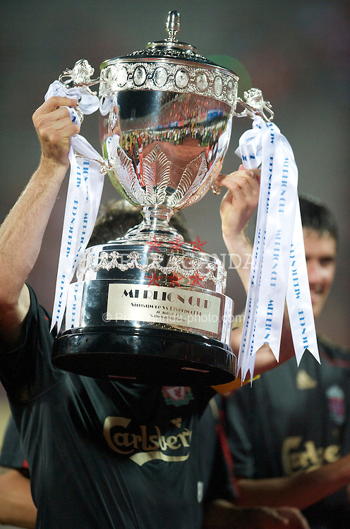 SINGAPORE, SINGAPORE - Sunday, July 26, 2009: Liverpool's Jamie Carragher (hidden) holds aloft the Merlion Cup after his side's 5-0 victory over Singapore during a preseason friendly at the Singapore National Stadium. (Pic by David Rawcliffe/Propaganda)