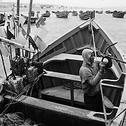 A Souiria Kedima, un pêcheur revient bredouille après plusieurs heures passées en mer. Construit en partenariat avec le Japon, à 30 kilomètres au sud de Safi, le petit port a été aménagé et créé dans les années 2000 pour contribuer au développement d'une pêche artisanale durable.