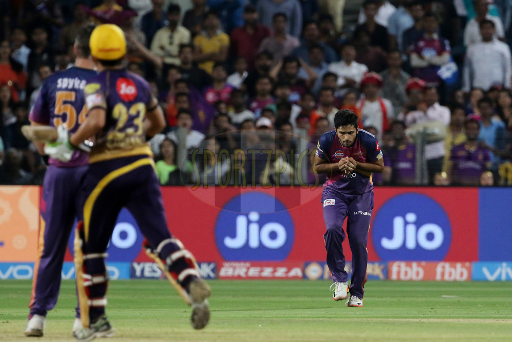 Shardul Thakur of Rising Pune Supergiant takes a catch of Kolkata Knight Riders captain Gautam Gambhir during match 30 of the Vivo 2017 Indian Premier League between the Rising Pune Supergiants and the Kolkata Knight Riders  held at the MCA Pune International Cricket Stadium in Pune, India on the 26th April 2017<br /> <br /> Photo by Vipin Pawar- IPL - Sportzpics