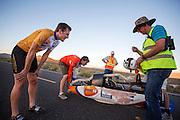 Rik Houwers is net gefinished na een recordpoging. Met 122 km/h blijft hij onder het wereldrecord. Het Human Power Team Delft en Amsterdam (HPT), dat bestaat uit studenten van de TU Delft en de VU Amsterdam, is in Amerika om te proberen het record snelfietsen te verbreken. Momenteel zijn zij recordhouder, in 2013 reed Sebastiaan Bowier 133,78 km/h in de VeloX3. In Battle Mountain (Nevada) wordt ieder jaar de World Human Powered Speed Challenge gehouden. Tijdens deze wedstrijd wordt geprobeerd zo hard mogelijk te fietsen op pure menskracht. Ze halen snelheden tot 133 km/h. De deelnemers bestaan zowel uit teams van universiteiten als uit hobbyisten. Met de gestroomlijnde fietsen willen ze laten zien wat mogelijk is met menskracht. De speciale ligfietsen kunnen gezien worden als de Formule 1 van het fietsen. De kennis die wordt opgedaan wordt ook gebruikt om duurzaam vervoer verder te ontwikkelen.<br /> <br /> Rik Houwers just finished his record attempt. With 75.84 mph he rode less than the world record. The Human Power Team Delft and Amsterdam, a team by students of the TU Delft and the VU Amsterdam, is in America to set a new  world record speed cycling. I 2013 the team broke the record, Sebastiaan Bowier rode 133,78 km/h (83,13 mph) with the VeloX3. In Battle Mountain (Nevada) each year the World Human Powered Speed Challenge is held. During this race they try to ride on pure manpower as hard as possible. Speeds up to 133 km/h are reached. The participants consist of both teams from universities and from hobbyists. With the sleek bikes they want to show what is possible with human power. The special recumbent bicycles can be seen as the Formula 1 of the bicycle. The knowledge gained is also used to develop sustainable transport.