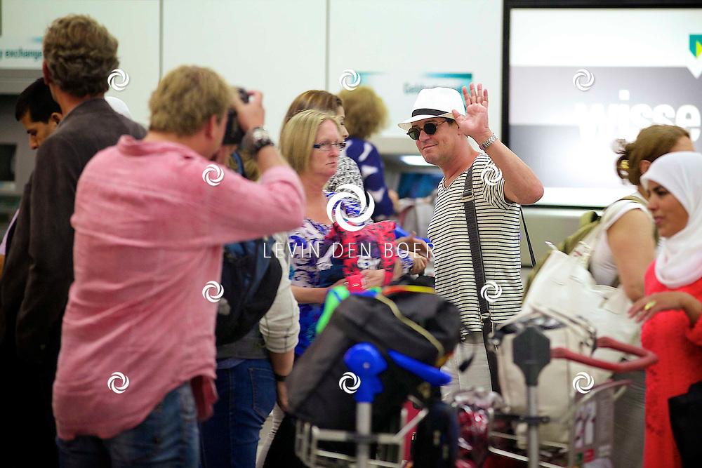 SCHIPHOL - Op Schiphol spotte we Martijn Krabbé van een reis uit het buitenland. FOTO LEVIN DEN BOER - PERSFOTO.NU