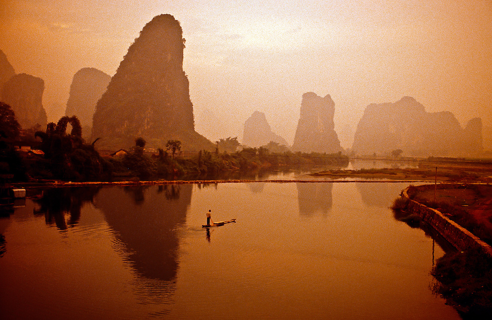 Li Jiang (Li River) near Moon Hill outside Yangshuo (Guangxi Province), southern China