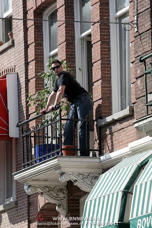 NLD/Amsterdam/20080831 - Modeshow op reuzencatwalk PC Hooftstraat Amsterdam, Paul Schulten op zijn balkon