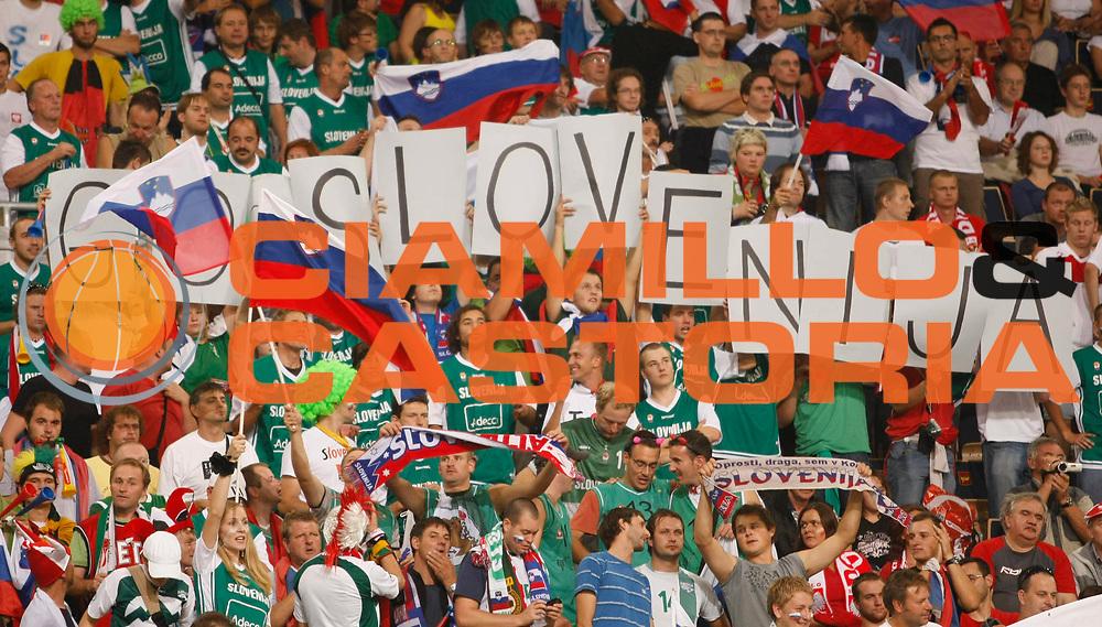 DESCRIZIONE : Lodz Poland Polonia Eurobasket Men 2009 Qualifying Round Turchia Turkey Slovenia<br /> GIOCATORE : Tifosi Supporters Slovenia<br /> SQUADRA : Slovenia<br /> EVENTO : Eurobasket Men 2009<br /> GARA : Turchia Turkey Slovenia<br /> DATA : 16/09/2009 <br /> CATEGORIA :<br /> SPORT : Pallacanestro <br /> AUTORE : Agenzia Ciamillo-Castoria/M.Metlas<br /> Galleria : Eurobasket Men 2009 <br /> Fotonotizia : Lodz Poland Polonia Eurobasket Men 2009 Qualifying Round Turchia Turkey Slovenia<br /> Predefinita :