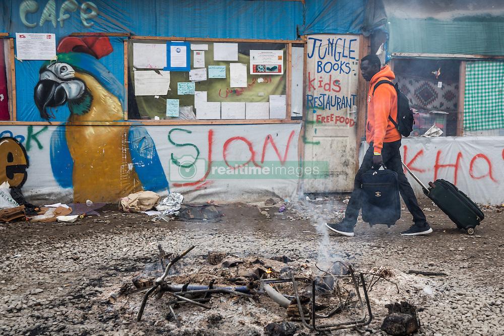 Dschungel von Calais: Das wilde Fl&cedil;chtlingslager wird ger&permil;umt und die Fl&cedil;chtlinge in Aufnahmezentren verteilt / 241016 ***Calais, Pas-de-Calais, France - 24.10.2016    <br />  <br /> Start of the eviction on the so called &icirc;Jungle&quot; refugee camp on the outskirts of the French city of Calais. Refugees and migrants leaving the camp to get with buses to asylum facilities in the entire country. Many thousands of migrants and refugees are waiting in some cases for years in the port city in the hope of being able to cross the English Channel to Britain. French authorities announced a week ago that they will evict the camp where currently up to up to 10,000 people live.<br /> <br /> <br /> Beginn der Raeumung des so genannte &icirc;Jungle&icirc;-Fluechtlingscamp in der franz&circ;sischen Hafenstadt Calais. Fluechtlinge und Migranten verlassen das Camp um mit Bussen zu unterschiedlichen Asyleinrichtungen gebracht zu werden. Viele tausend Migranten und Fluechtlinge harren teilweise seit Jahren in der Hafenstadt aus in der Hoffnung den Aermelkanal nach Groflbritannien ueberqueren zu koennen. Die franzoesischen Behoerden kuendigten vor einigen Wochen an, dass sie das Camp, indem derzeit bis zu bis zu 10.000 Menschen leben raeumen werden. <br /> <br /> Photo: Bjoern Kietzmann