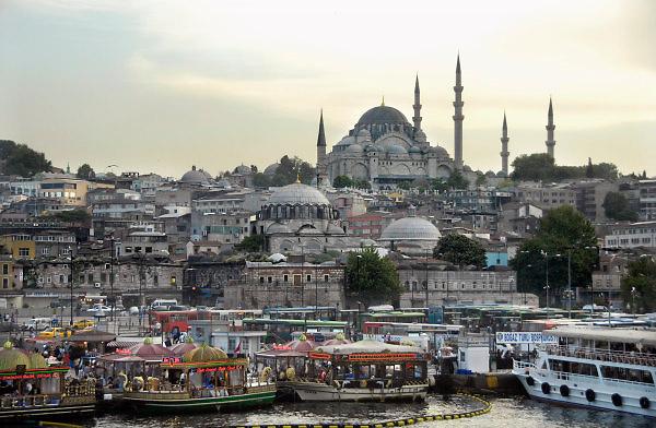 Turkije, Istanbul, 4-6-2011Straatbeeld. Aan de voet van de Galatabrug. Op de achterond de Suleyman moskee.Foto: Flip Franssen
