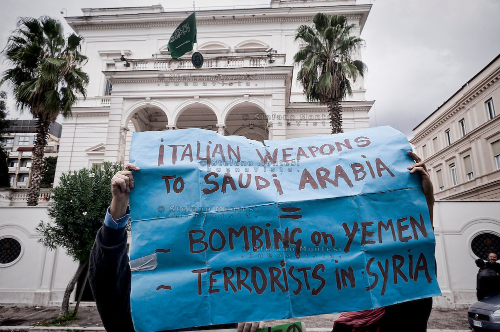 Roma 2 Ottobre 2015<br /> La Rete No War, manifesta davanti all'Ambasciata dell'Arabia Saudita per la liberazione di  Ali Al Nimr, giovane saudita, condannato alla decapitazione e alla successiva crocifissione  e contro  l'intervento militare saudita nello Yemen.<br /> Rome October 2, 2015<br /> The No War Network, demonstrates outside the Embassy of Saudi Arabia for the release of Ali Al Nimr, young Saudi sentenced  to beheading and crucifixion and against the Saudi military intervention in Yemen.