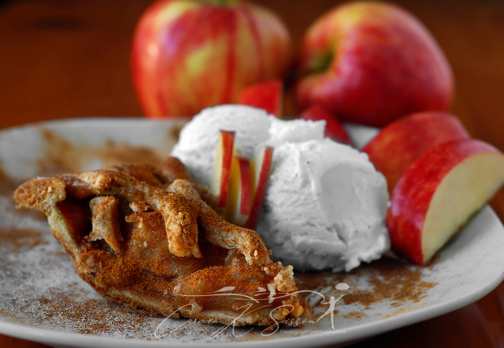 Dutch apple pie is served a la mode, with vanilla bean ice cream and sliced apples. (Photo by Carmen K. Sisson/Cloudybright)