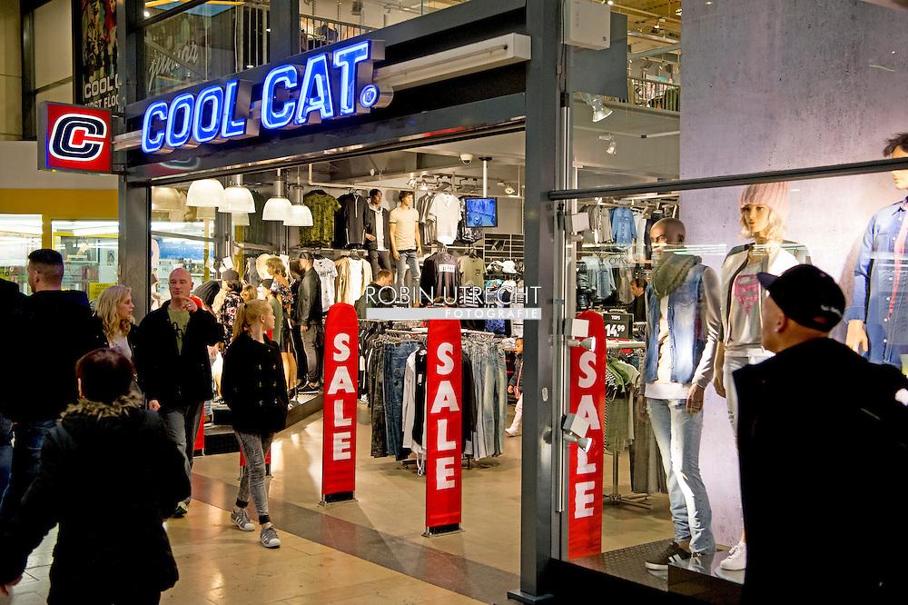 ROTTERDAM - coolcat een cool cat winkel in rotterdam . Cool Investments van de Nederlandse ondernemer Roland Kahn wil V&D overnemen. De partijen voeren exclusieve gesprekken met elkaar, hebben ze bekendgemaakt in een gezamenlijke persverklaring copyright robin utrecht