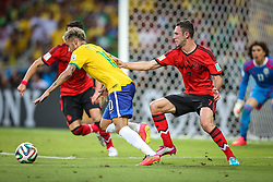 Neymar Jr. disputa bola na partida entre Brasil x México, válida pela segunda rodada do grupo A da Copa do Mundo 2014. FOTO: Jefferson Bernardes/ Agência Preview