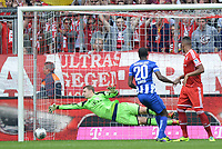 Fotball<br /> Tyskland<br /> 26.10.2013<br /> Foto: Witters/Digitalsport<br /> NORWAY ONLY<br /> <br /> 0:1 Tor v.l. Torwart Manuel Neuer (Bayern), Torschuetze Adrian Ramos, Jerome Boateng (Bayern)<br /> Fussball Bundesliga, FC Bayern München - Hertha BSC Berlin