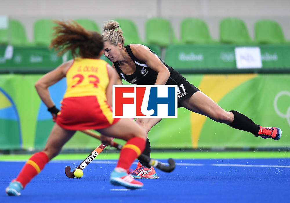 Spain's Gigi Oliva tries to block New Zealand's Stacey Michelsen during the women's field hockey Spain vs New Zealand match of the Rio 2016 Olympics Games at the Olympic Hockey Centre in Rio de Janeiro on August, 10 2016. / AFP / MANAN VATSYAYANA        (Photo credit should read MANAN VATSYAYANA/AFP/Getty Images)