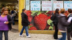 Cartazes de um supermercado mostram os preços dos alimentos na cidade de San Isidro, ao norte de Buenos Aires, em 20 de março de 2013. Os preços divulgados pelo governo não são os preços praticados pelo comércio. FOTO: Jefferson Bernardes/Preview.com