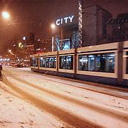 Leidseplein Amsterdam bedolven onder sneeuw.wit, fietser, verkeer, overlast, avond, verlichting, tram, openbaar vervoer