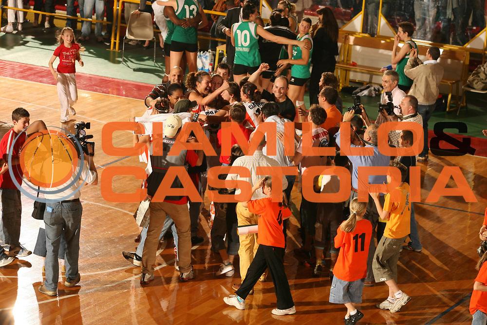 DESCRIZIONE : Schio Lega A1 Femminile 2005-06 Finale Scudetto Gara 5 Famila Schio Acer Priolo <br />GIOCATORE : Team Famila Schio<br />SQUADRA : Famila Schio<br />EVENTO : Campionato Lega A1 Femminile Finale Scudetto Gara 5 2005-2006 <br />GARA : Famila Schio Acer Priolo <br />DATA : 17/05/2006 <br />CATEGORIA : Esultanza<br />SPORT : Pallacanestro <br />AUTORE : Agenzia Ciamillo-Castoria/G.Ciamillo