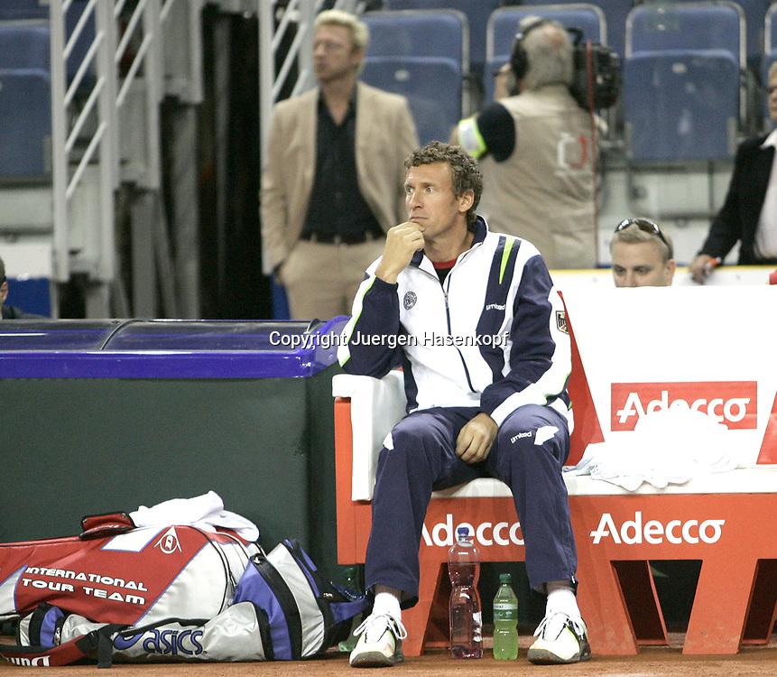 Sport, Tennis, Ausland, Davis Cup Begegnung  Tschechien gegen  Deutschland in der Tipsport Arena in Liberec, Doppel,Team Captain Patrik Kuehnen, im Hintergrund Boris Becker, 24.09.2005..