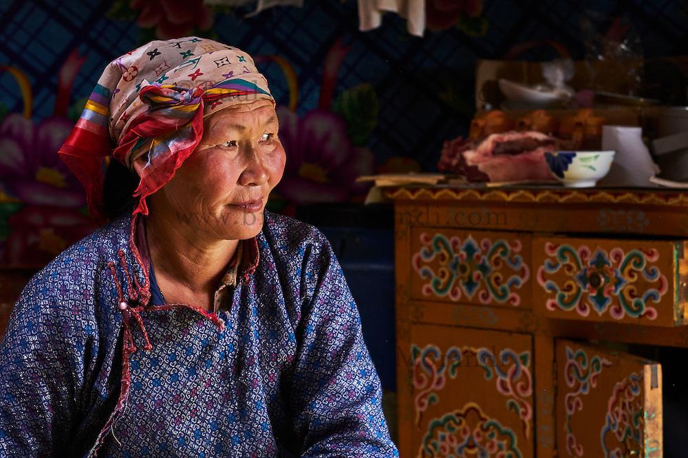 Mongolie, Province de Arkhangai, campement nomade, femme nomade à l'intéreur de sa yourte // Mongolia, Arkhangai province, nomad woman in the yurt