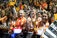 AMSTELVEEN -  Supporters van Team NL met de trofee  na Nederland-Tsjechie (10-0) bij de Rabo EuroHockey Championships 2017. COPYRIGHT KOEN SUYK
