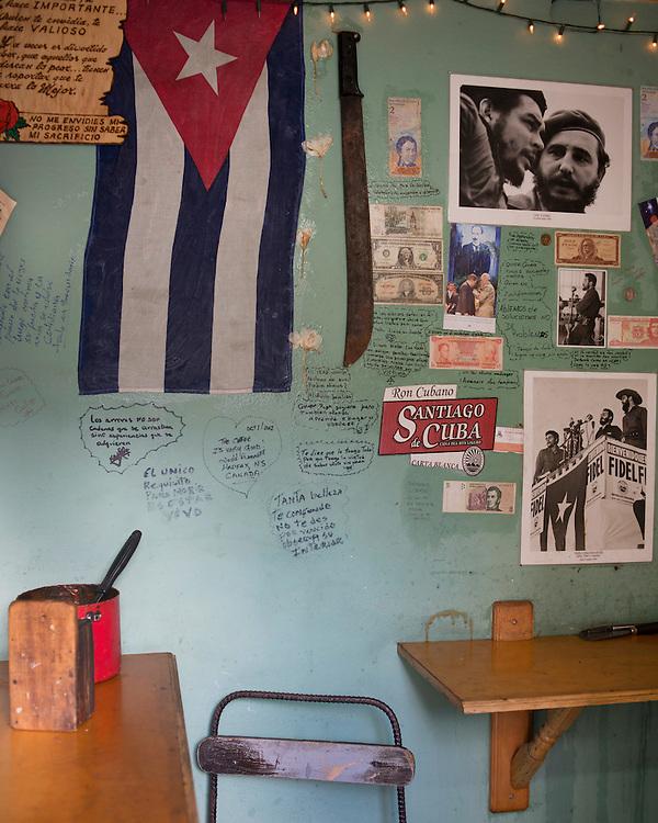 Les r&eacute;formes  &eacute;conomiques de Raul Castro commencent &agrave; porter leurs fruits. Les changements ont permis &agrave; plus de 400 000 Cubains de se lancer en affaires dans un pays ou le salaire mensuel est de 20 pesos.<br /> De nombreux Cubains ont pu se lancer en affaires en ouvrant des petits commerces. Il est fr&eacute;quent, en d&eacute;ambulant dans les rues de La Havane, de pouvoir commander un caf&eacute; ou une omelette en s&rsquo;adressant &agrave; une personne qui se tient &agrave; la fen&ecirc;tre de son logement. De nombreux petits caf&eacute;s ou restaurants voient le jour dans les villes de l&rsquo;&Iuml;le. <br /> Les Cubains peuvent maintenant acheter et vendre leurs maisons et leurs appartements. Depuis le 14 janvier 2013, avec l&rsquo;entr&eacute;e de la r&eacute;forme sur l&rsquo;&eacute;migration, tout Cubain &acirc;g&eacute; de plus de 18 ans et muni d&rsquo;un passeport pourra voyager sans  &ecirc;tre oblig&eacute; de demander une authorisation de sortie.