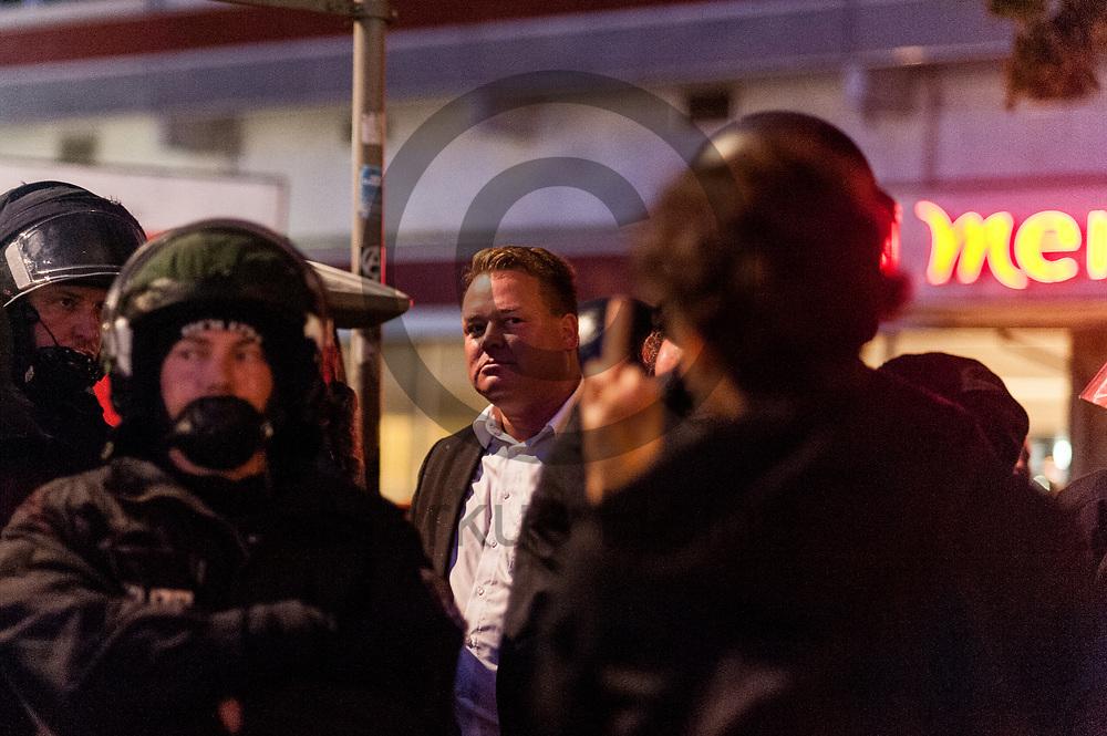 Deutschland, Berlin - 24.09.2017<br /> <br /> Mehrere Teilnehmer der Wahlparty mussten von Polizisten zu einem Taxistand eskortiert werden als sie von Demonstranten eingekesselt wurden. Mehrere hundert Menschen demonstrieren vor einem Club in Berlin in dem die AfD ihre Wahlparty veranstaltet.<br /> <br /> Germany, Berlin - 24.09.2017<br /> <br /> Several participants of the election party had to be escorted by policemen to a taxistand when they were surrounded by demonstrators. Several hundred people demonstrate in front of a club in Berlin, where the AfD is organizing its election party.<br /> <br />  Foto: Markus Heine<br /> <br /> ------------------------------<br /> <br /> Ver&ouml;ffentlichung nur mit Fotografennennung, sowie gegen Honorar und Belegexemplar.<br /> <br /> Bankverbindung:<br /> IBAN: DE65660908000004437497<br /> BIC CODE: GENODE61BBB<br /> Badische Beamten Bank Karlsruhe<br /> <br /> USt-IdNr: DE291853306<br /> <br /> Please note:<br /> All rights reserved! Don't publish without copyright!<br /> <br /> Stand: 09.2017<br /> <br /> ------------------------------