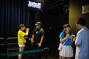 Saya Aoi, 22 &aring;r och Mina Suzuki, 21 &aring;r sjunger i idolgruppen Karenshugi. De upptr&auml;der i Akihabara, Tokyo. <br /> <br /> Efter upptr&auml;det k&ouml;per fansen en m&ouml;jlighet att tr&auml;ffa och prata med sin 'idol'. Tokyo, Japan