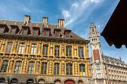 Facades de batiments du centre ville de Lille avec vue sur le beffroi de la chambre du commerce dans le vieux Lille // typical houses facades of Lille city center with beffroi tower at foreground