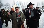 Ein ukrainischer Überlebender des Konzentrationslagers Auschwitz Birkenau auf dem Weg zu den Gedenkfeiern zur 60. Jährigen Befreiung des Konzentrationslagers durch die Rote Armee am 27. Januar 1945. Der Überlebende trägt eine ehemalige Häftlingsuniform, sowie die Ukrainische Landesflagge. Dies kurz vor dem Beginn der Gedenkfeiern in Auschwitz Birkenau am 27.01.2005.