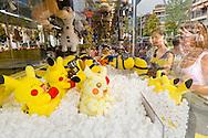Nederland, Tilburg, 20160726<br /> Gokkast, hijskraantje, gevuld met knalgele Pikachu knuffels. Jonge meiden proberen ze te vangen.<br /> Kermis in Tilburg. De grootste kermis van Nederland en de Benelux.<br /> Op het kilometers lange parcours staan tientallen attracties <br /> <br /> Netherlands, Tilburg<br /> Slot machine, crane, filled with bright yellow Pikachu knuffels. Young girls try to catch them.<br /> Funfair in Tilburg. The largest fair in the Netherlands and Benelux.<br /> dozens of attractions on the kilometer-long trail